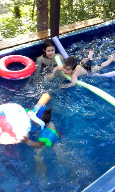 Baignade et relaxation dans le spa de nage - Jeux nage contre courant