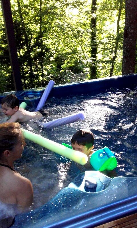Baignade et relaxation dans le spa de nage